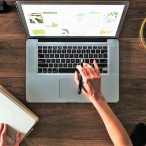 Hotelier arbeitet an ihrem PC an einer E-Mail-Marketing-Kampagne