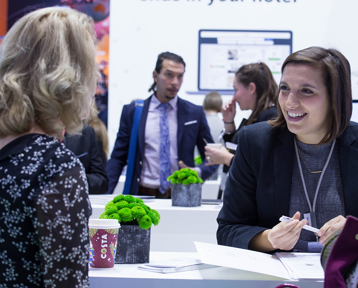 1. Una experta en marketing hotelero de trivago charla con una hotelera en el WTM Londres 2017