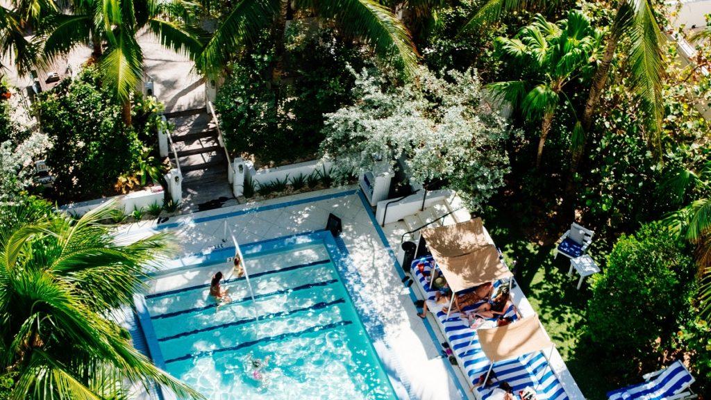 Una piscina di hotel all'aperto circondata dagli alberi